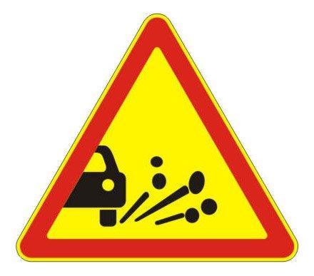 1.18 — Выброс гравия (щебня) - временный дорожный знак на желтом фоне